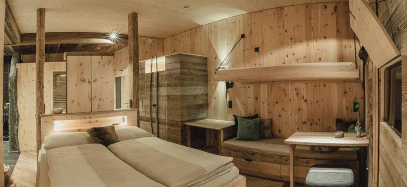 """Das könnte bald euer Zimmer sein: Ganz viel Holz in der Hütte im """"Mama Thresl""""."""